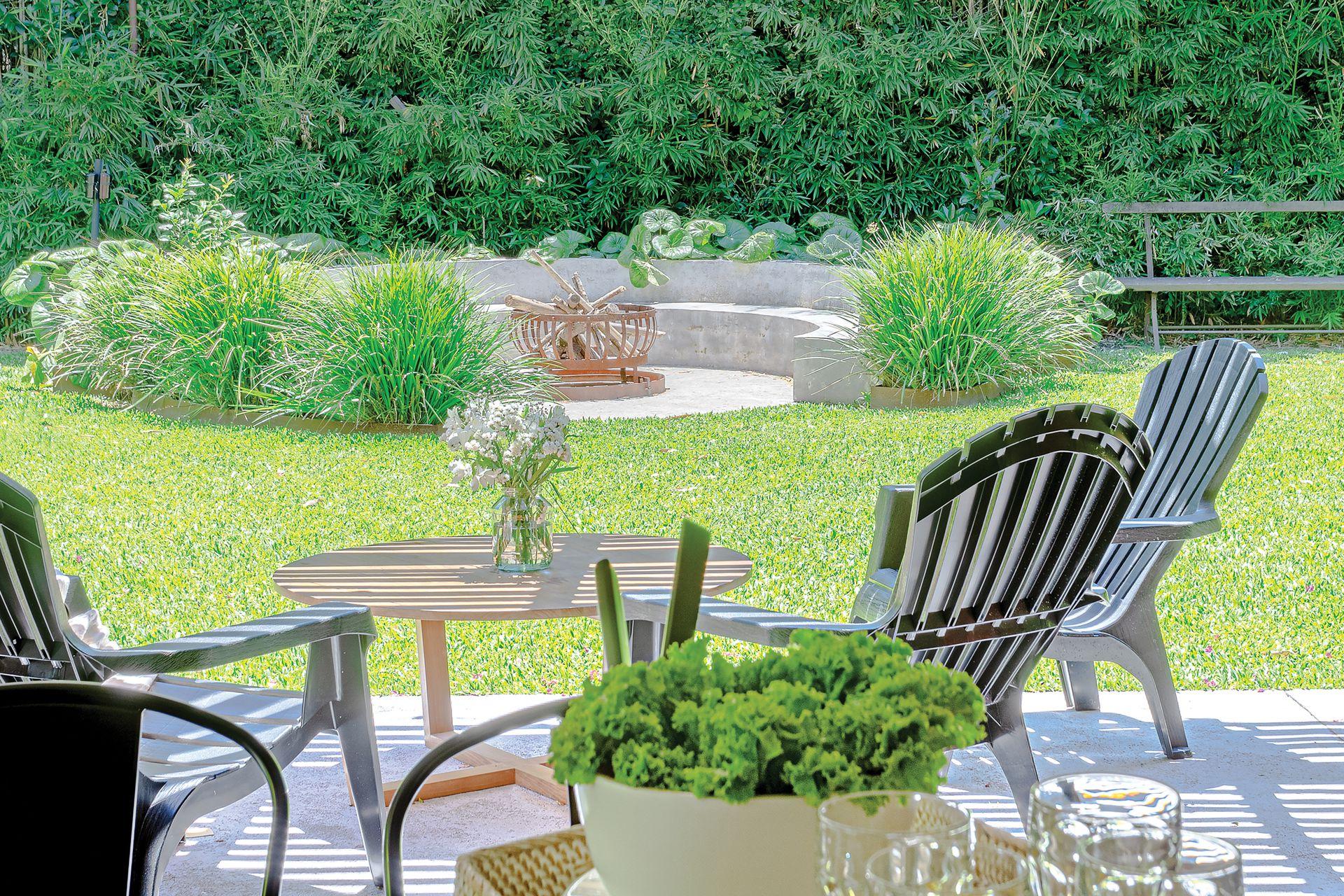 Frente a esta galería, asiento circular para disfrutar del jardín.