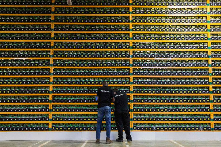 Dos técnicos inspeccionan una minería de bitcoins en Quebec