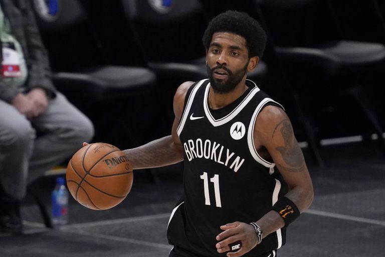 ARCHIVO - Kyrie Irving, de los Nets de Brooklyn, con el balón durante un partido de la NBA contra los Mavericks de Dallas, en Dalas, el jueves 6 de mayo de 2021. (AP Foto/Tony Gutiérrez)