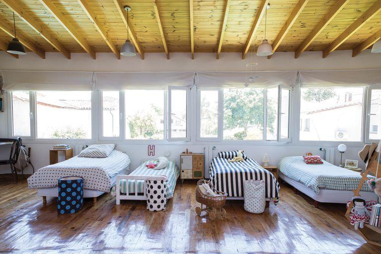 Los acolchados de las camas de los chicos y los canastos en tela son todos de Tienda Fan. El perchero, de Pesqueira.