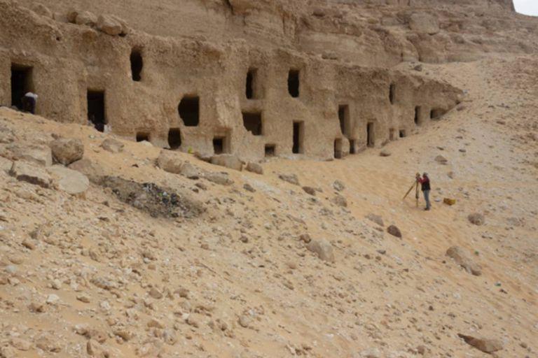 Las tumbas se encuentran excavadas en la ladera de una colina en el este de la provincia egipcia de Sohag, a unos 380 kilómetros al sudeste de El Cairo