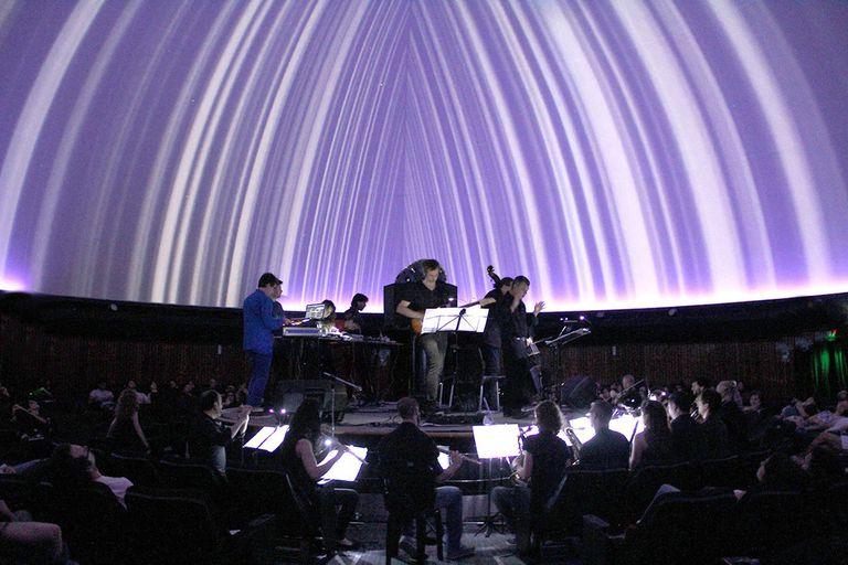 Una orquesta con instrumentos tradicionales y tablets ejemplifica un concepto clave del Centro Cultural Rojas