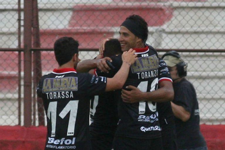 El abrazo de Toranzo y Torassa con Abila, autor del gol