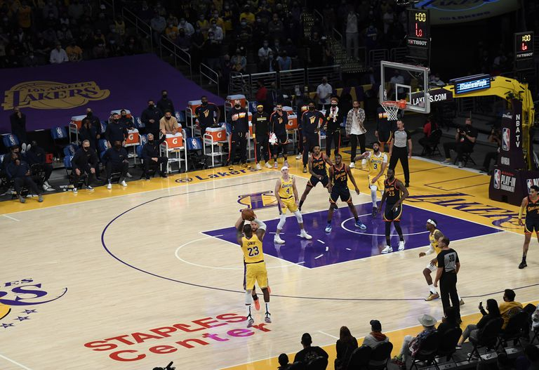 """LeBron James. El """"bombazo"""" que derritió a la NBA y puso a los Lakers en playoffs"""