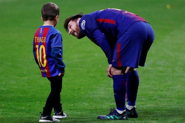 Messi y su hijo Thiago, en pleno campo de juego, después de ganar el título ante Sevilla.
