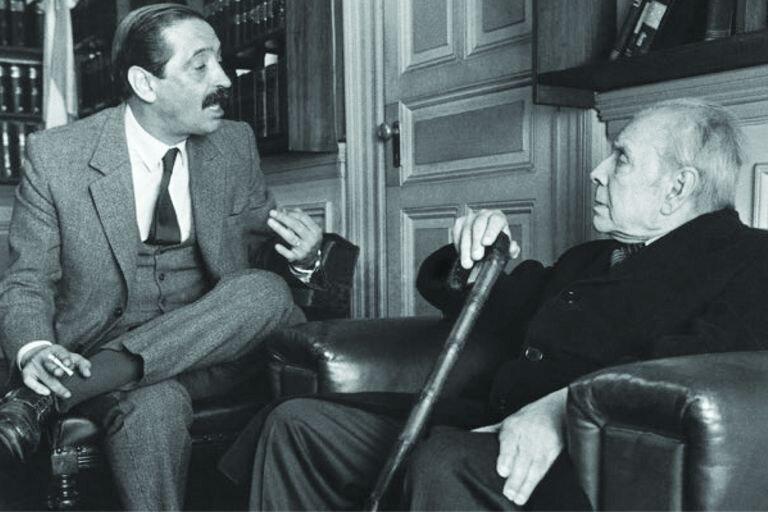 Jorge  Luis Borges dialoga con Julio César Strassera , fiscal en el histórico Juicio a las Juntas Militares, minutos antes de asistir a una de las audiencias públicas del proceso judicial. Foto en papel, 22 de julio 1985.