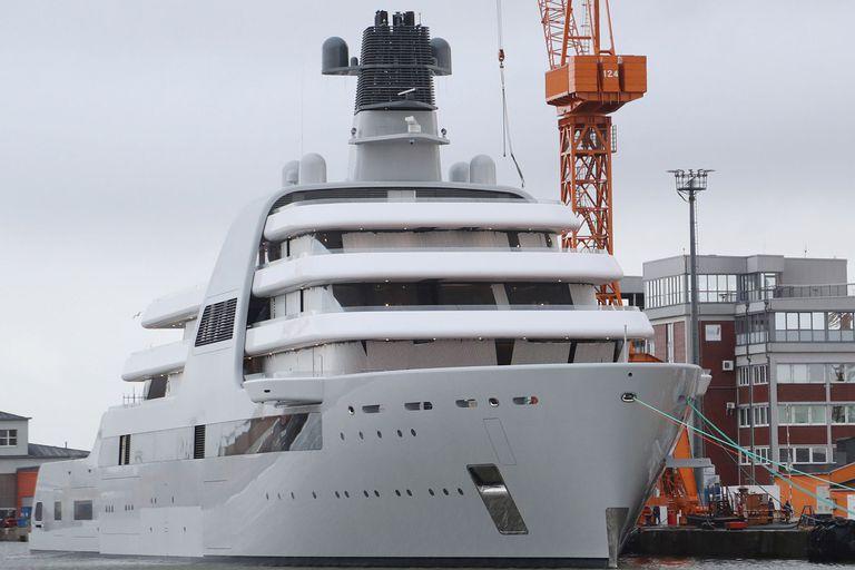 El Solaris, el yate de nueva construcción propiedad de Roman Abramóvich, amarrado en un muelle de los astilleros Lloyd-Werft en Bremerhaven, en el norte de Alemania, el pasado 15 de marzo de 2021