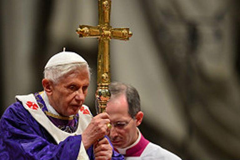 El papa Benedicto XVI anuncia su retiro en un momento difícil para las finanzas vaticanas