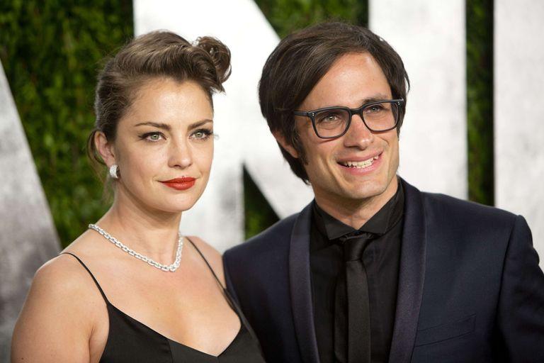 Dolores Fonzi, junto a Gael Garcia Bernal, antes de entrar a una fiesta post Oscar