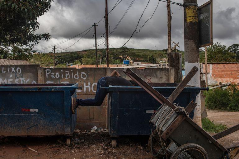 Joaquim Ribeiro busca material reciclable en un tacho de basura en San Pablo