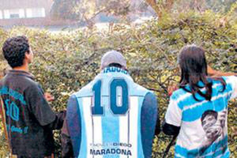 La guardia de los fans afuera de la clínica donde se encontraba internado Maradona