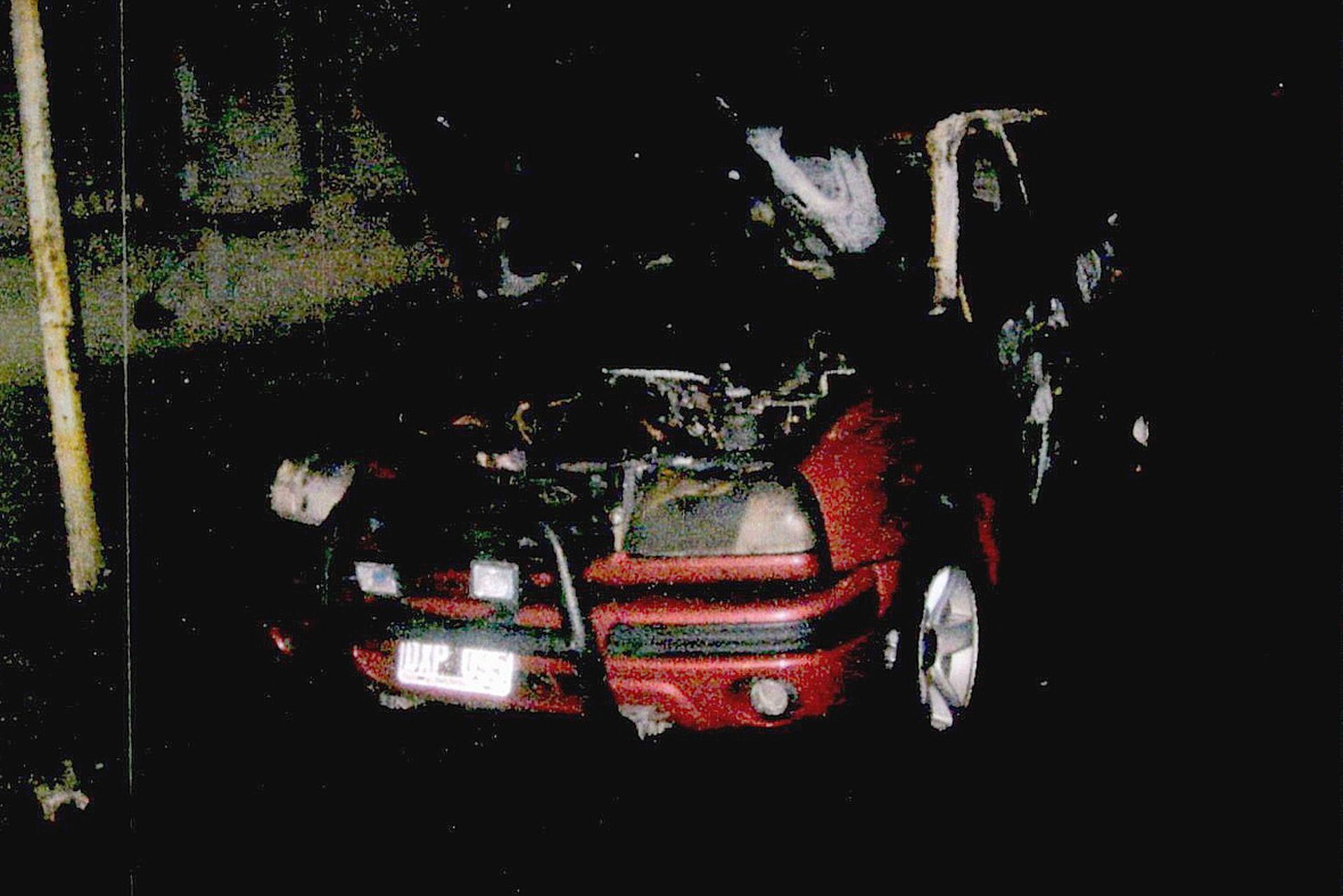 La camioneta Grand Vitara roja de Ferrón, incendiada tras el triple crimen y hallada en la calle Galicia al 2800, en el barrio porteño de Villa Santa Rita