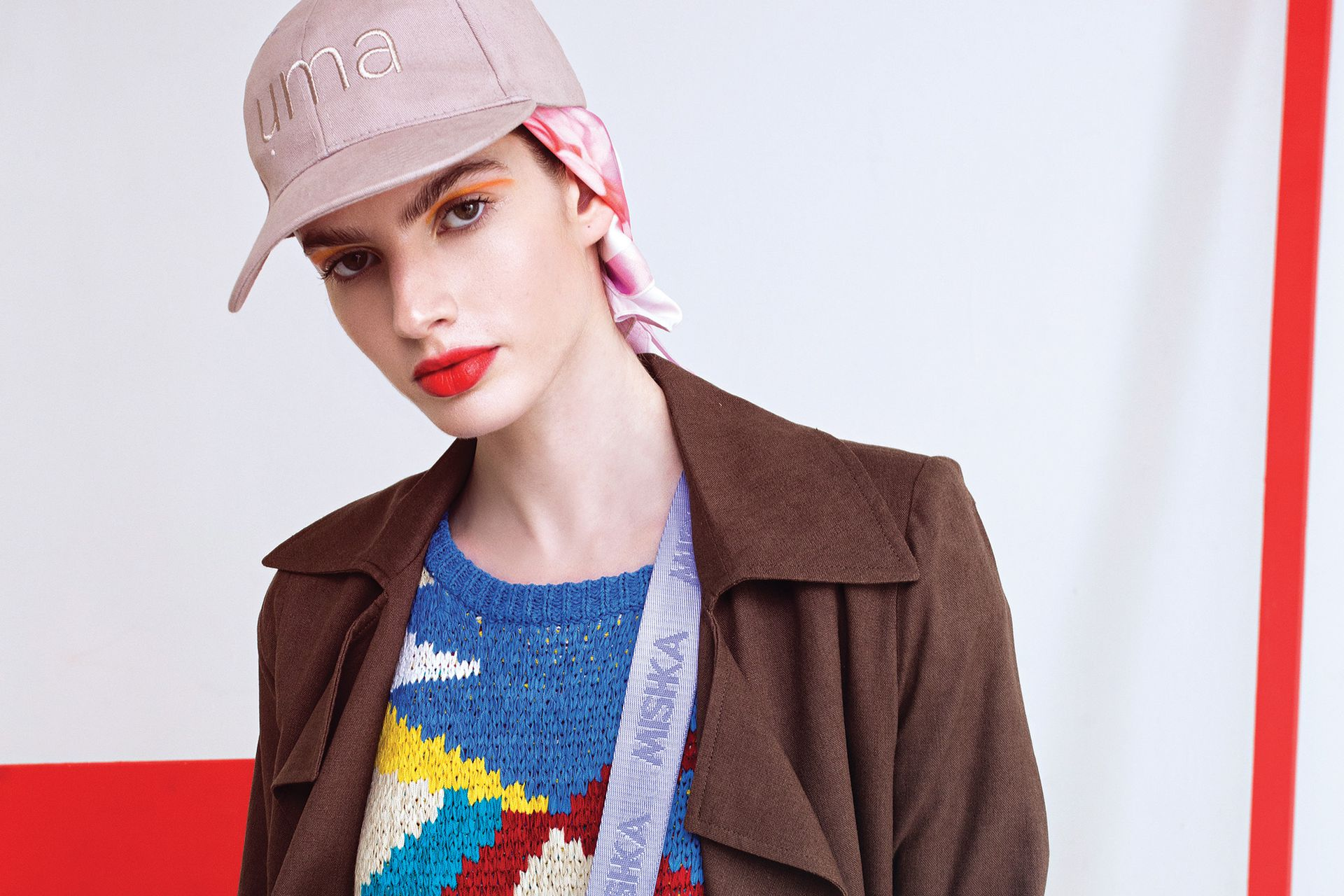 Trench de gabardina (Giesso), chaleco tejido multicolor (Uma), cap (Uma), pañuelo estampado (Perramus),