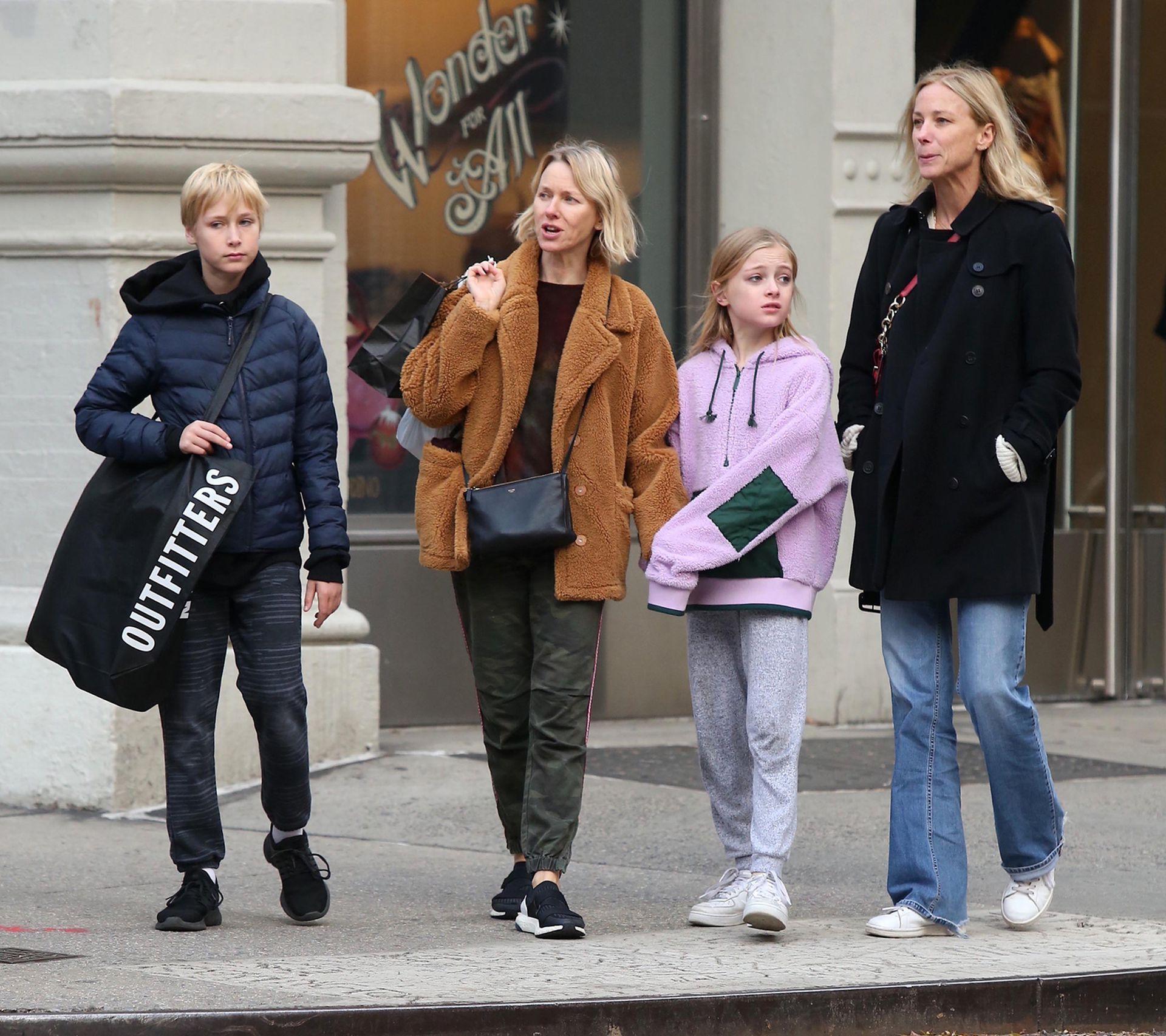 Naomi Watts, de paseo en Soho con sus hijos, Sasha y Kai Schreiber