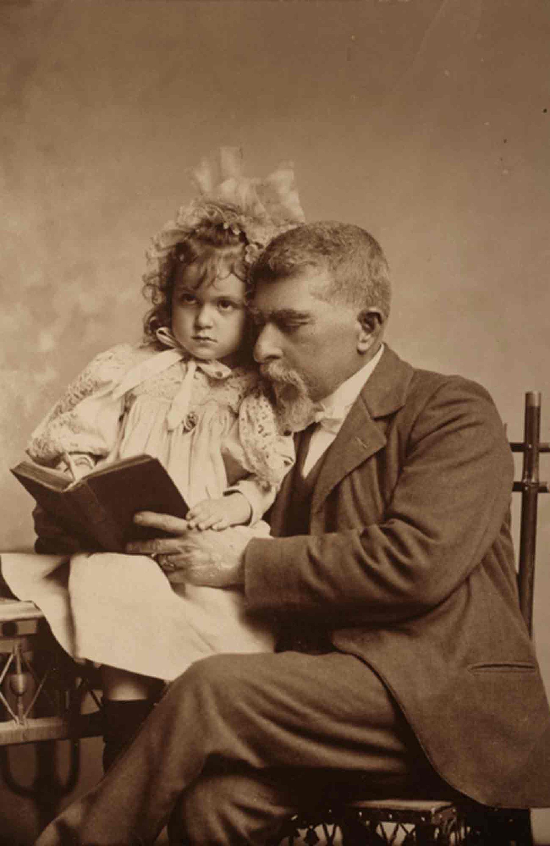 Christiano Junior junto a una de sus nietas.