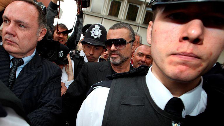 En 2010, George Michael ante la ley