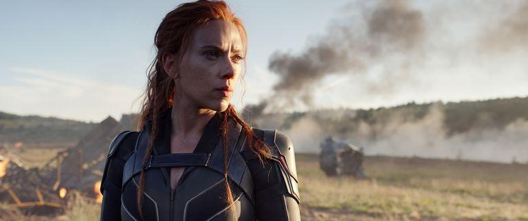 Scarlett Johansson dice que la estrategia de Disney de estrenar Black Widow en streaming y cines al mismo tiempo la perjudica e incumple el contrato que firmó con el estudio