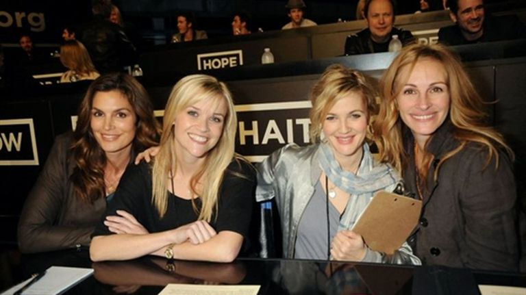 La modelo Cindy Crawford junto a las actrices Reese Witherspoon, Drew Barrymore y Julia Roberts.