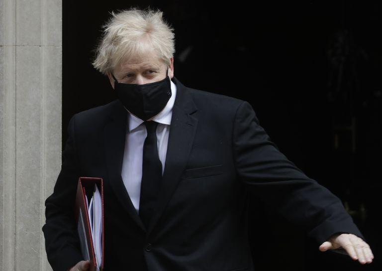 El primer ministro Boris Johnson sale de sus oficinas en el número 10 de Downing Street, en Londres, el 14 de abril de 2021. (AP Foto/Kirsty Wigglesworth)