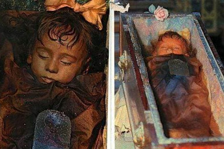 La niña siciliana murió en el año 1920, pero su cuerpo permaneció intacto gracias a un excelente trabajo de embalsamamiento. Miles de personas aseguran haberla visto parpadear