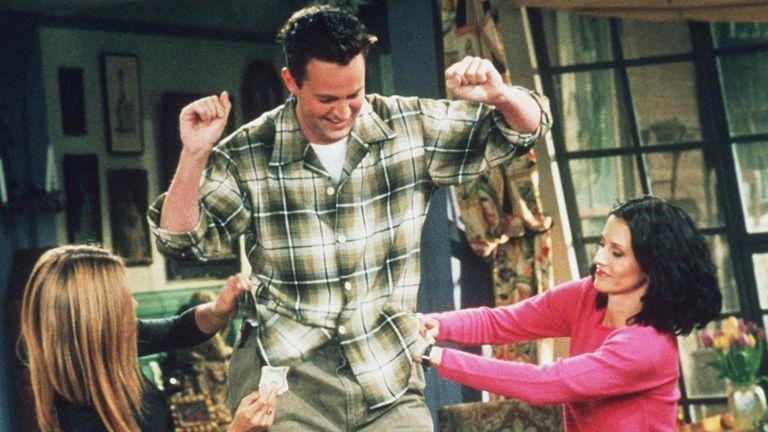 Matthew Perry como Chandler Bing en Friends, junto a Jennifer Aniston y Courteney Cox