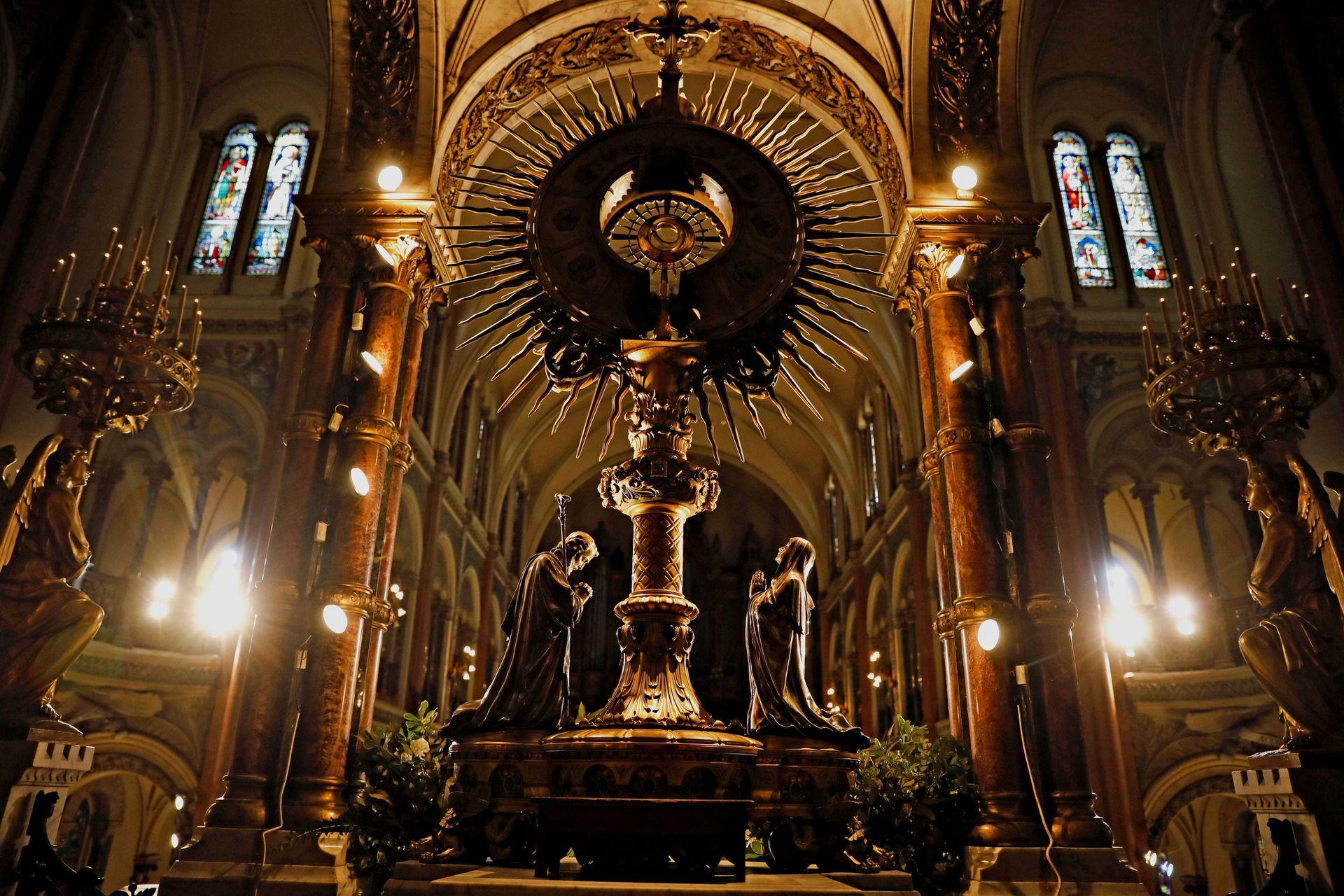 La Gran Custodia que es una obra magistral en oro y plata de la casa francesa Poussielgue Rusand, que data del 1900