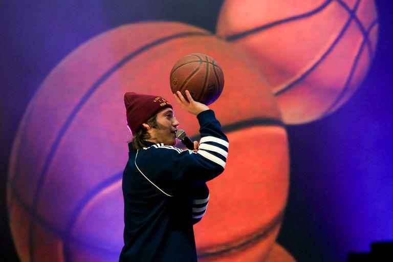 Paulo Londra es fanático del básquet y en sus shows solía poner un aro para tirar