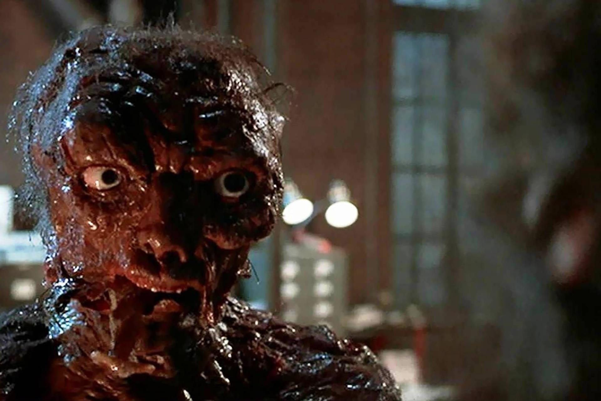 El film de Cronenberg, a diferencia de lo que ocurre en la mayoría de las películas de terror, reclama a la audiencia que se identifique con el monstruo
