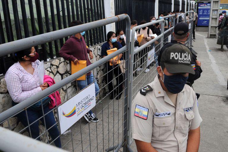 Funcionarios electorales aguardan al frente del Consejo Nacional Electoral en Guayaquil