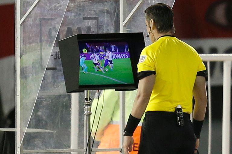 VAR en el fútbol argentino: un camino largo y sinuoso todavía sin certezas