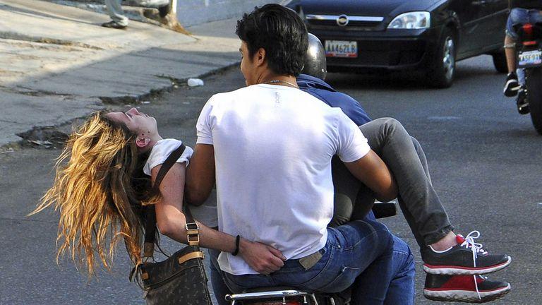 La imagen de un motociclista cargando a Génesis Carmona todavía con vida es una de las más recordadas de 2014