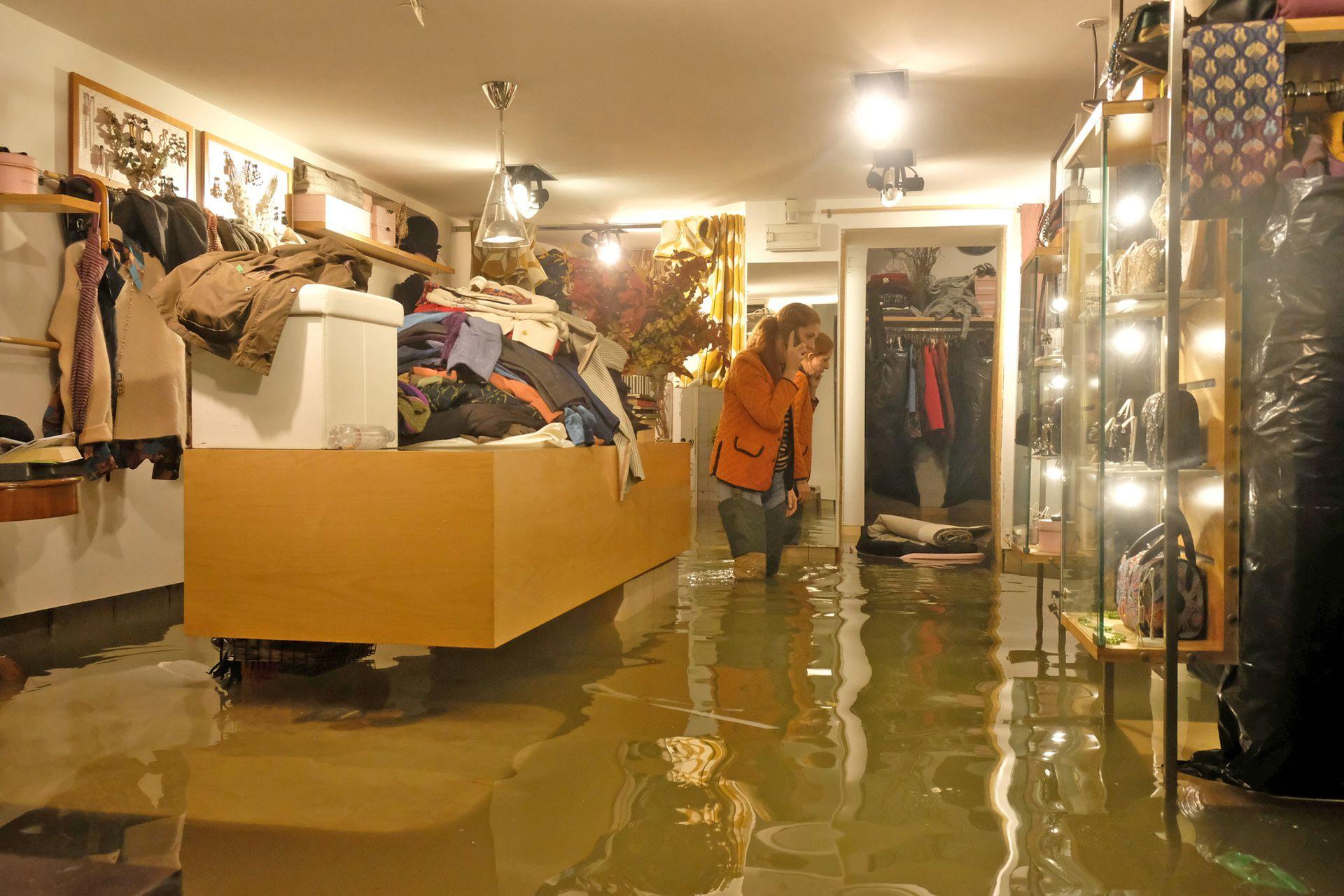 Un negocio de ropa totalmente inundado.