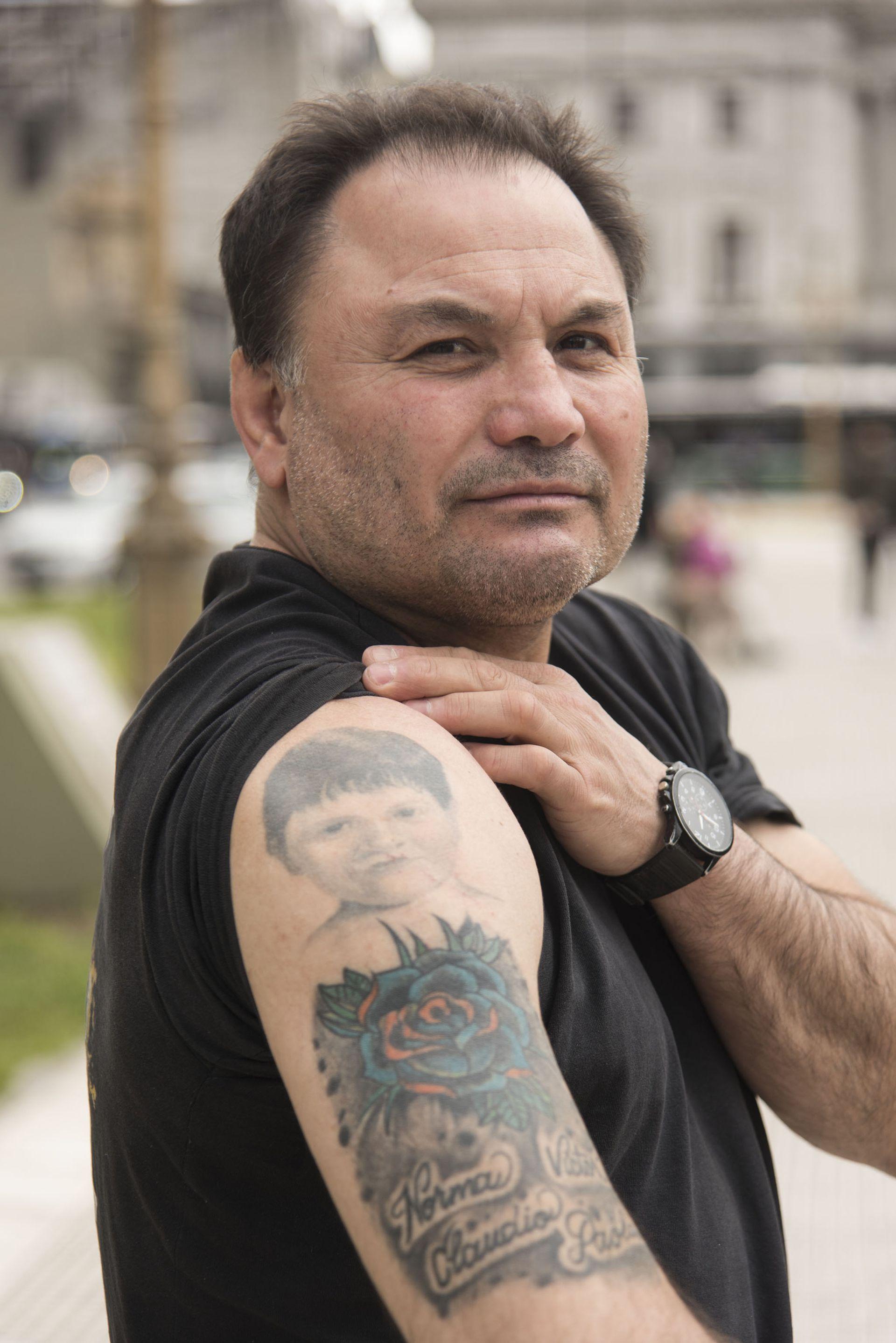 Julio muestra orgulloso un tatuaje con la cara de su hijo