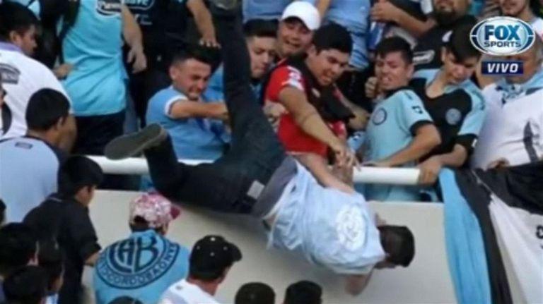 El momento en que tres hinchas arrojan al vacío a Emanuele Balbo
