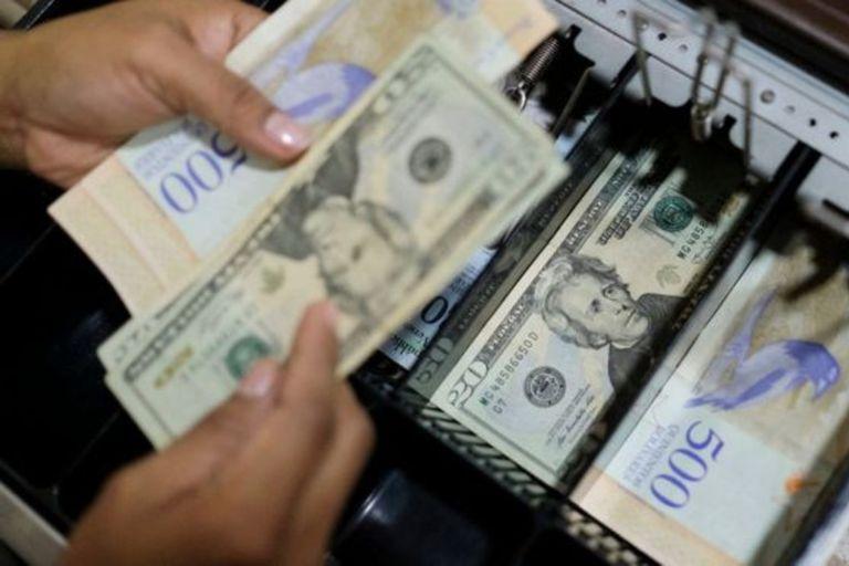 Los expertos creen que ya hay más dólares que bolívares en el país