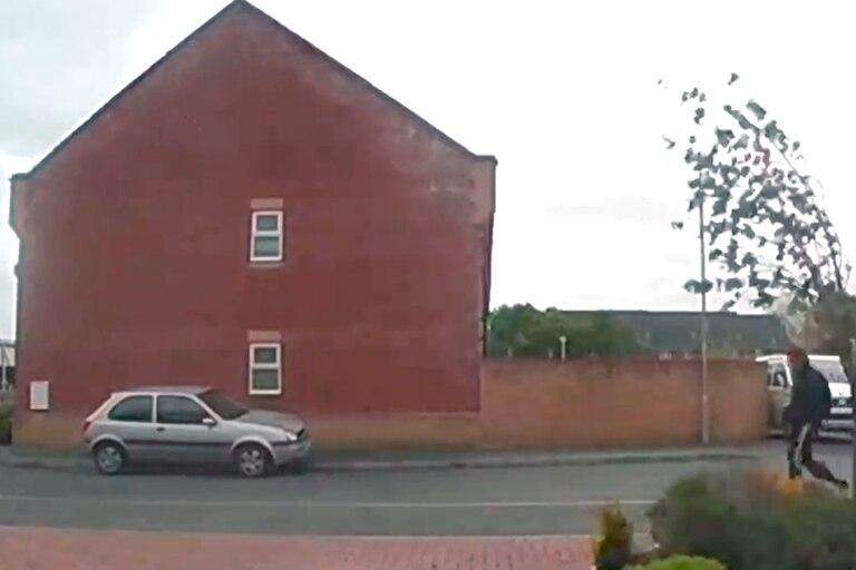 En los instantes previos a que el techo se derrumbara, un peatón pasó delante de la casa; todo quedó registrado por una cámara de seguridad
