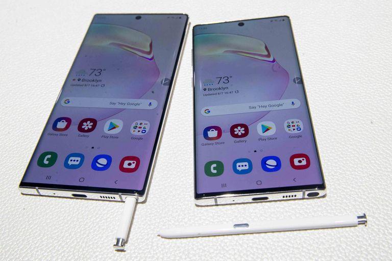 El Galaxy Note 10 en sus dos versiones junto a los lápices stylus
