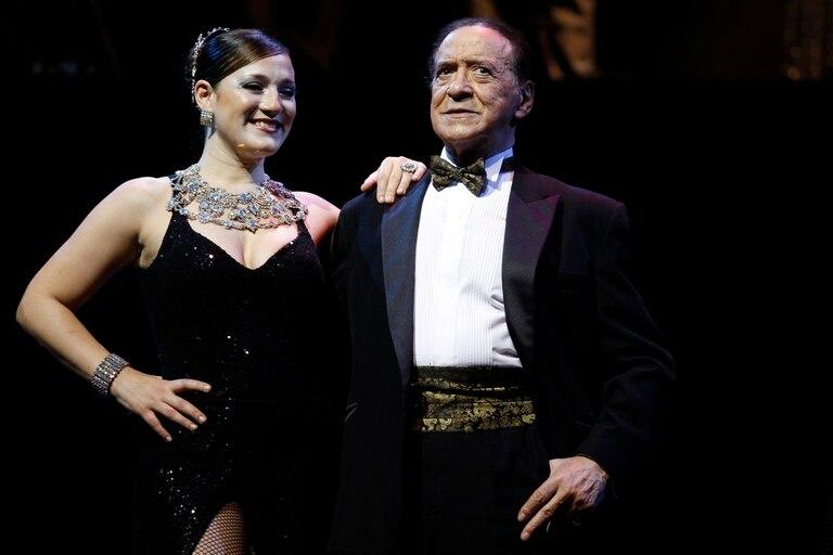 Juan Carlos Copes en 2012, en el escenario junto a su hija y pareja de baile Johana