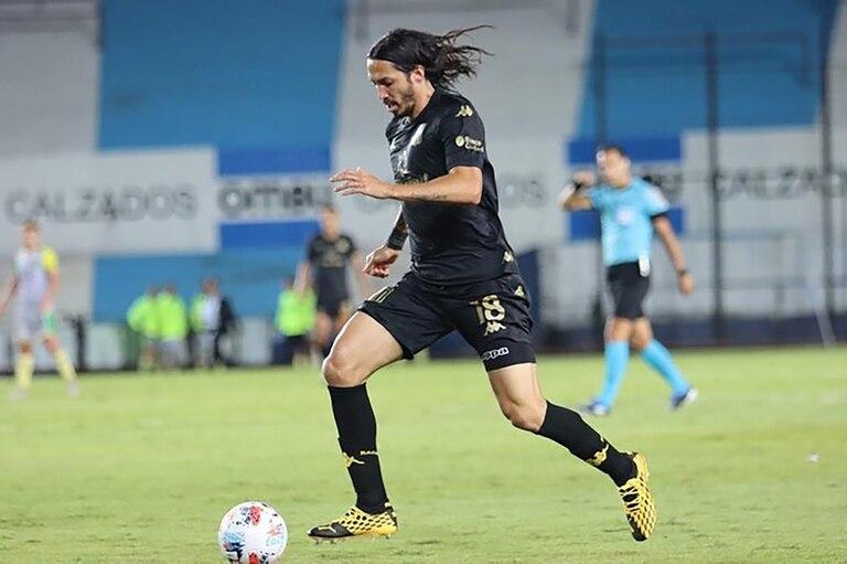 Defensor lateral derecho, Schelotto debutó en la primera argentina durante el 2-2 con Aldosivi, en el que jugó los últimos 40 minutos.