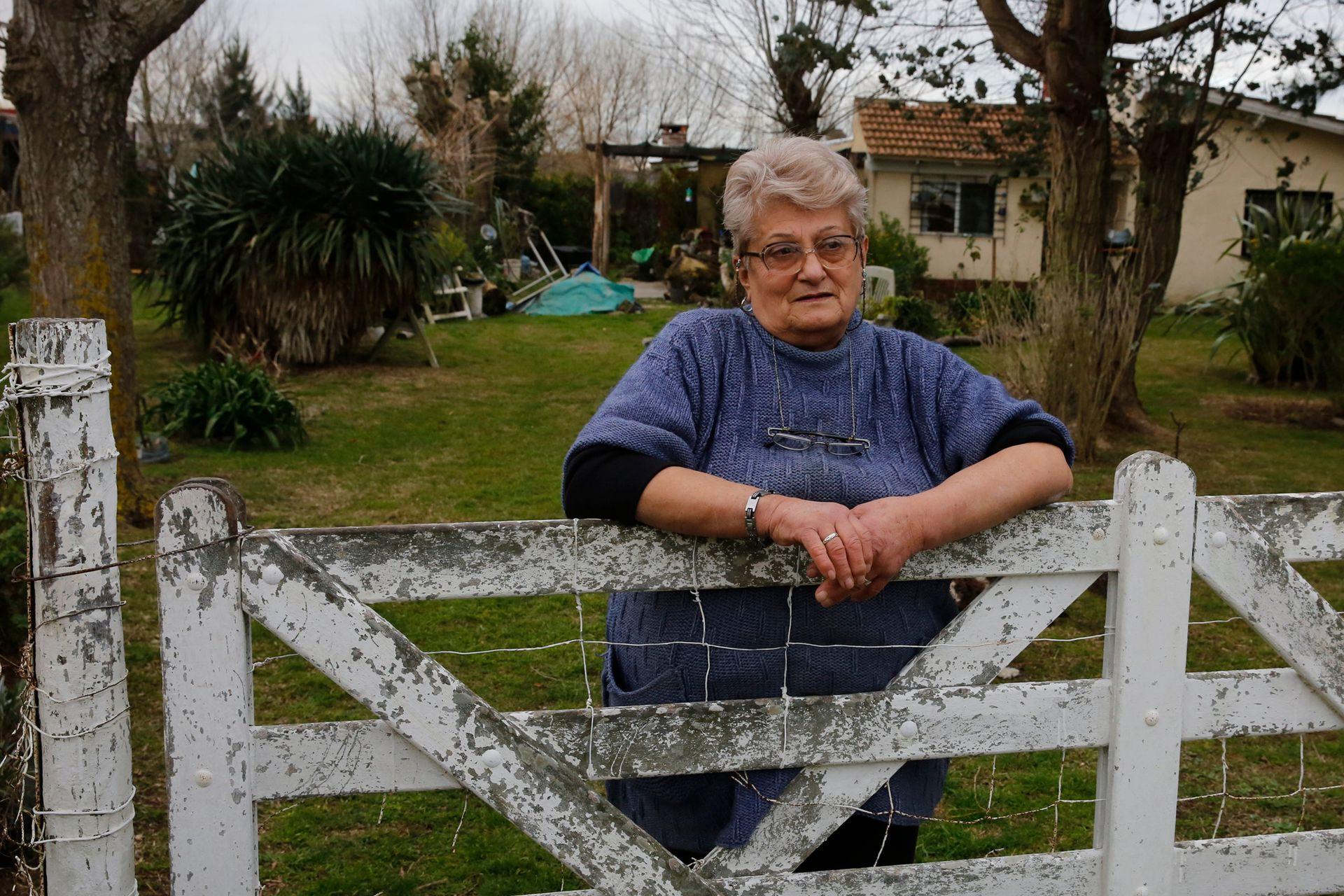 Stella Maris Ianuzzi, de 74 años, vecina del basural Pavon. El agua de pozo que usa para regar la huerta de donde saca los vegetales que luego consume, sale marrón y con olor a basura