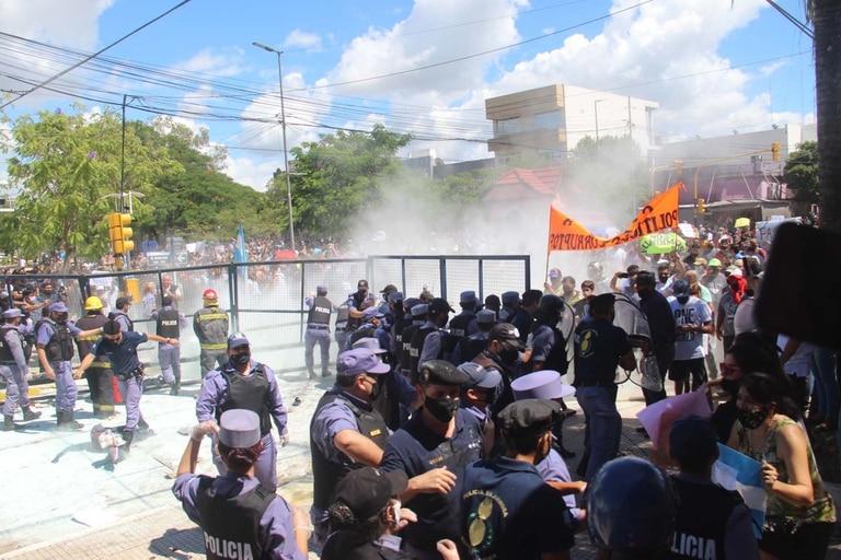 Protestas en los alrededores de la casa de Gobierno provincial, que derivaron en enfrentamientos entre manifestantes y policías, que respondieron con gases y balas de goma