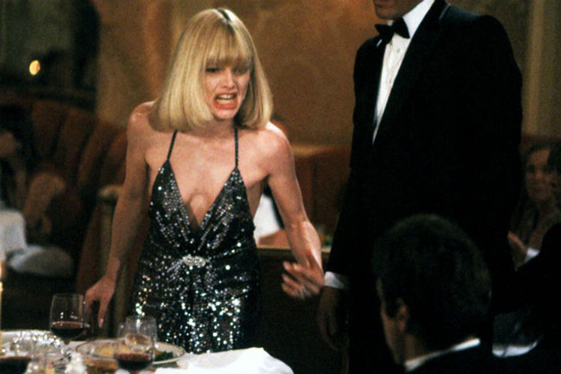 Michelle Pfeiffer en Caracortada, vestida por Halston