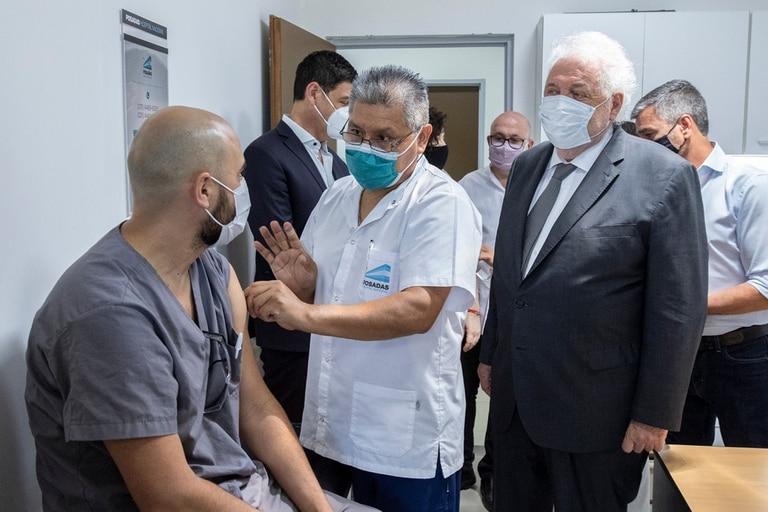 Ginés González García, en una visita al hospital Posadas, donde empezó la aplicación de la segunda dosis de la vacuna Sputnik V