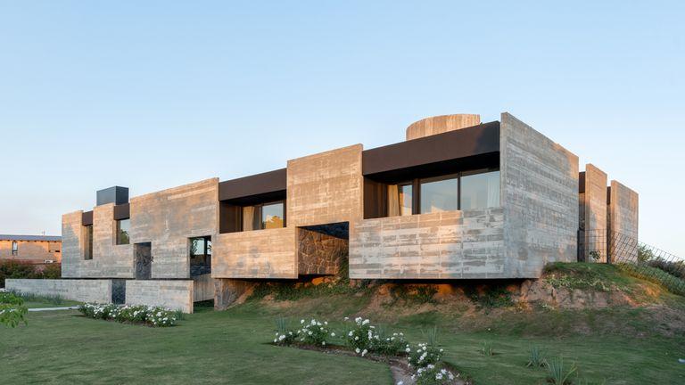 Esta casa es de diseño y tiene 11 patios en lugar de pasillos