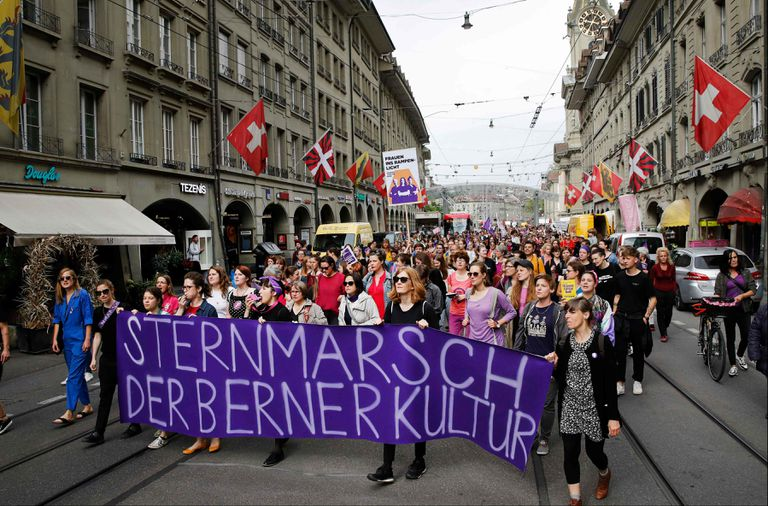 Miles de mujeres se manifiestas en Zurich.