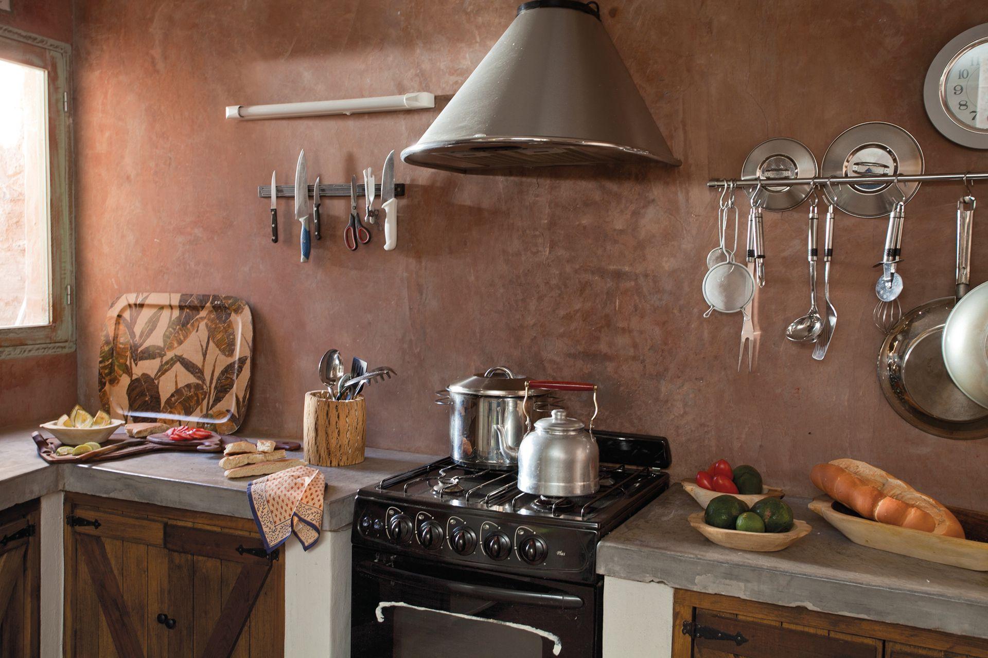 Las paredes de cemento alisado marrón tomaron la apariencia del barro, lo que entona muy bien con el resto de los elementos.