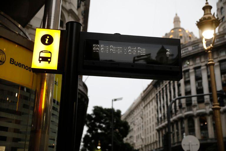 Tótem cercano a paradas de colectivo con información predictiva