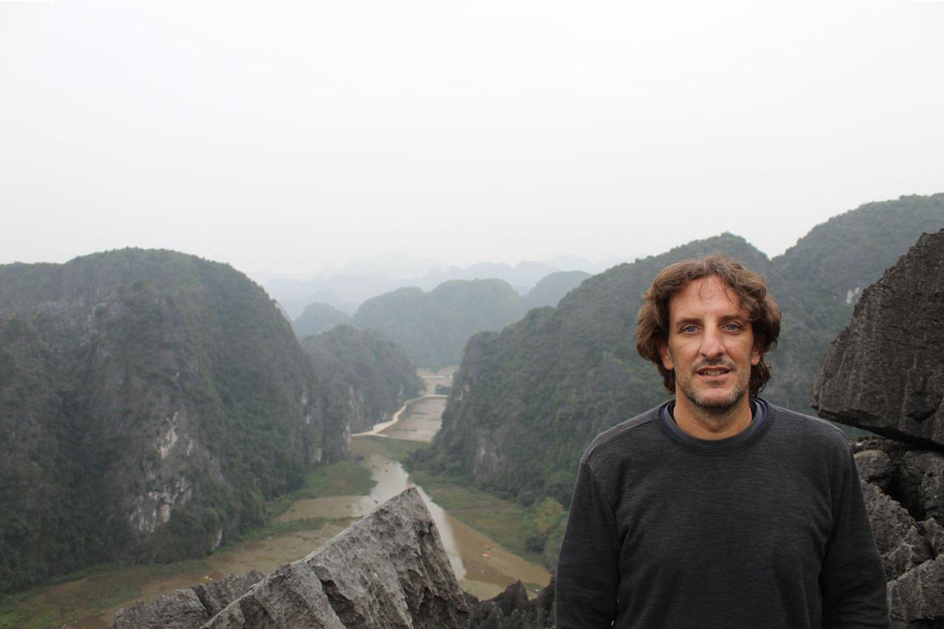 Carlos es un fanático de los viajes. Viajó por todo el mundo y su perfil, su imagen, no es la del típico empresario. Es un hombre descontracturado.