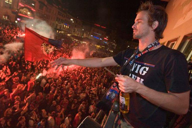 Festejando un título del Basilea ante los hinchas, en plena ciudad.