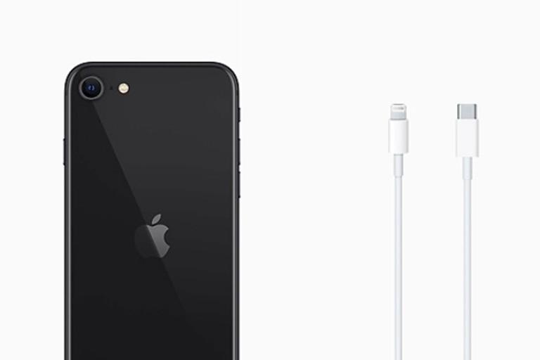 Los nuevos iPhone 12 se venderán sin cargador ni auriculares, una medida que Apple hizo extensiva al resto de los teléfonos del actual catálogo, como el iPhone SE, iPhone 11 y iPhone XR